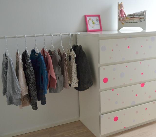 På modsatte væg, står Olivias tøjkommode og der har jeg også fået sat en bøjlestang op til hendes fineste tøj. Kommoden er beklædt med runde klistermærker fra Søstrene Grene.